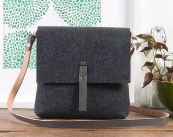 Grey crossbody felt purse, Felt bag, Lightweight construction, Natural leather strap, Handmade woman purse from craftsman, black friday sale