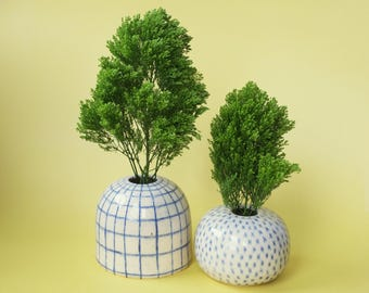 patterned ceramic bud vases / white and blue