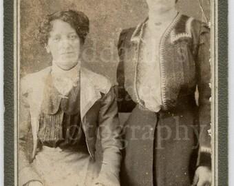 CDV Carte de Visite Photo - Edwardian 2 Sisters Woman Portrait  - Unknown Photographer - Antique Photograph