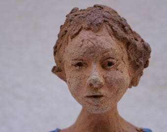 Woman with blue Jersey: grog sculpture