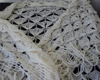 Vintage hand knitted very large white shawl / wrap (05594)