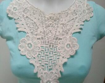 Collar sew off-white crochet