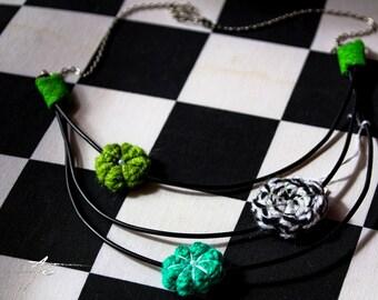 collier trois rangs vert et noir fleurs japonaises et fils électriques