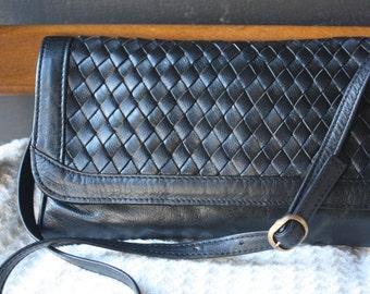 vintage | leather purse | handbag | shoulder bag | cross-body bag | clutch | woven | black | Made in Uruguay | removable strap