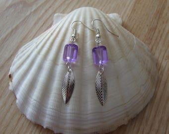 1 pair of dangling earrings in silver