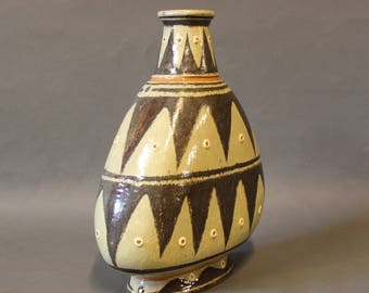 Vase in edged pattern in brown and light colours.