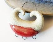 Pendentif connecteur céramique, bijou raku, émail rouge et blanc, création fait main, pièce unique.