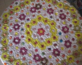 """Nappe ronde en patchwork, en forme de fleurs ,dit """"jardin de grand-mère"""""""