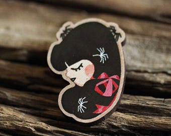 Girl with spiders - pine wood