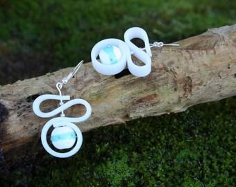 Boucles d'oreilles Perles en verre filé blanc, vert émeraude et points d'argent - cordon silicone blanc