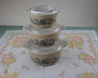 Vintage pyrex, homstead, baking casserole dish set.