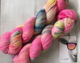 Hand dyed merino wool single yarn 100 g / 366 m / Indie dyer Lystig Yarn / Hulabaloo