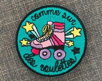 Patch rollers Comme Sur Des Roulettes ! — Écusson brodé thermocollant — Pop et coloré, à coller sur un sac, un jean, une veste...