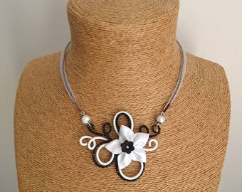 White aluminum pendant necklace / black and satin flower