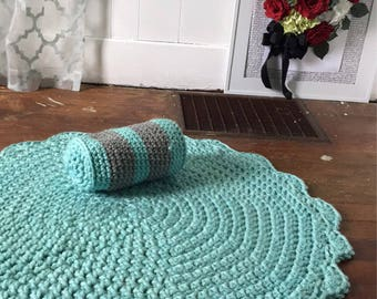 Circle rug and matching pillow