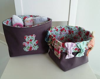 Lot de 2 paniers/corbeilles de rangement pour chambre bébé/enfant fille en coton prune et liberty. Motif ourson.