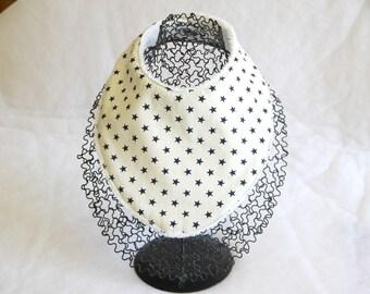 Bavoir bandana foulard écru et ses petites étoiles