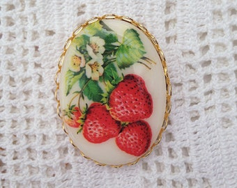 Strawberry Brooch in Gold Cabochon