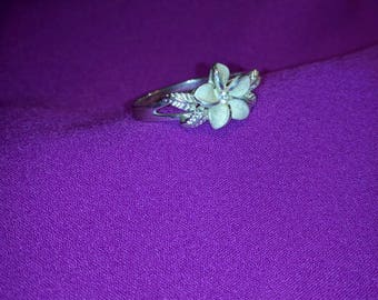 Beautiful sterling silver Hawaiian flower ring.