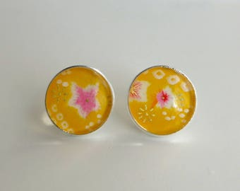 Round earrings on the grounds of Japanese (washi paper).