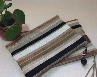 Clunch bag stripes in sand shades.