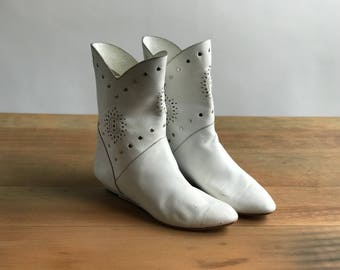 Vintage White Leather 80's Boots Size 8.5 Cutout Detail