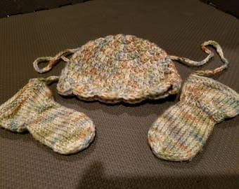 Scalloped edge Baby Hat and matching Thumbless Mittens
