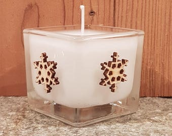 White candle decorated with 4 patterns in wood, glass jar