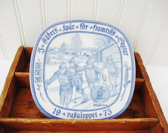 vintage winter sports skiers plate 1975 rorstrand sweden blue and white