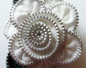 Blanc broche florale / fermeture à glissière Pin par ZipPinning 2953