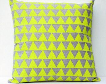 Montagnes du Montana - housse de coussin - décor à la maison fluo, motif triangle, coussin bio, accent oreiller, graphique, géométrique, pépinière, dortoir