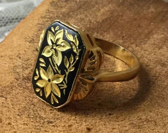 Spanish Damascene Black Gold Tone Etched Flower Ring Unsigned Size 8 Very Detailed Setting Artisan Made in Spain Inlaid Metals Floral Motif