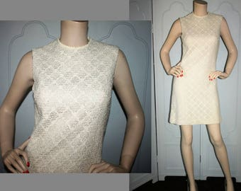 Vintage 60's Cream Shift Dress in Textured Woven Fabric. Small.