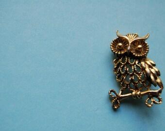 Vintage Owl Pin - 1970s goldtone brooch - Bird Pin