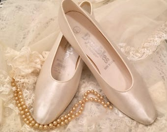 White satin pumps, bride's shoes, dyeable pumps, 8 1/2, low heel. round toe, wedding  shoe