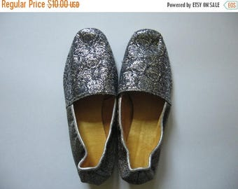 Summer Sale Glamorous women's small silver vintage brocade slippers made in Canada SZ 5 never worn madmen era