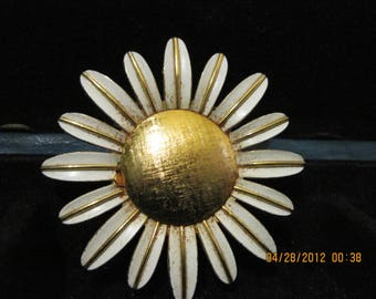BEAUTIFUL Vintage Daisy Pin Perfume Glace  1969  Avon         number 293....