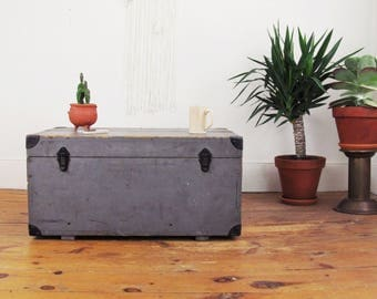 wood coffee table,shipping crate,vintage crate coffee table,antique trunk,military trunk,storage box,blanket box,industrial coffee table