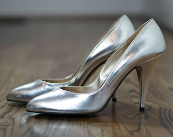 80s Silver Heels / Metallic Pumps / Silver Stilettos / Spanish Leather Shoes / Metallic High Heels / Silver Metallic Shoes / Size 7.5 Narrow