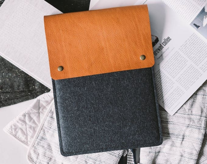 "Sleeve for iPad mini, Italian vegetable-tanned leather, German pure wool felt, ""Courier"", by band&roll"