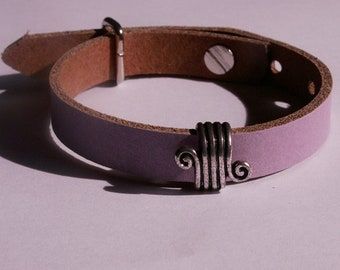 Violet, matt leather bracelet with Verschnörkeltem slider