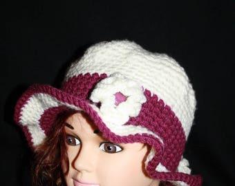 Hat in white and Burgundy edge beautiful