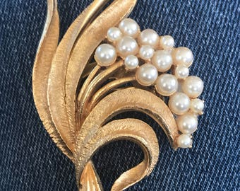 vintage gold tone and faux pearl floral brooch/ pin
