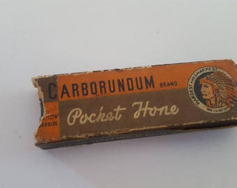 Vintage early Carborundum Pocket Hone, cardboard sleeve in good condition, the blade hone is used but in good condition.