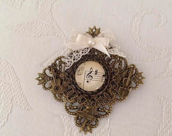 """Musical instruments, with lozenge, vintage, belonging to our collection """"Clave de sol"""" style brooch"""