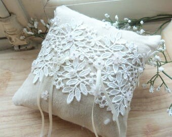 Cushion alliance romantic linen, white lace and pearls