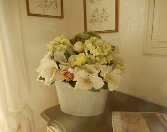 composition florale hortensias lys ,roses dans jardinière peinte et patinée