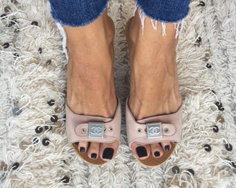 Vintage CHANEL CC Logos Buckle Pink Suede Leather Wood Clogs Mules Sandals Slides Slip Ons eu 38 us 7.5 - 8