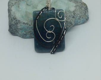 Wire wrapped glass bead