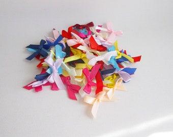 100 mini rubans multicolores aspect satin, Lot de petits noeuds pour emballage cadeau scrapbooking, Lot de rubans, 100 rubans